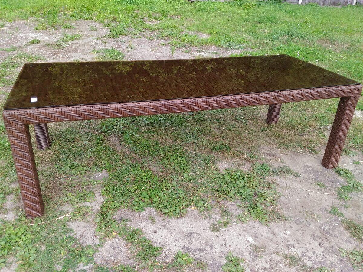 Обеденный стол из искусственного ротанга